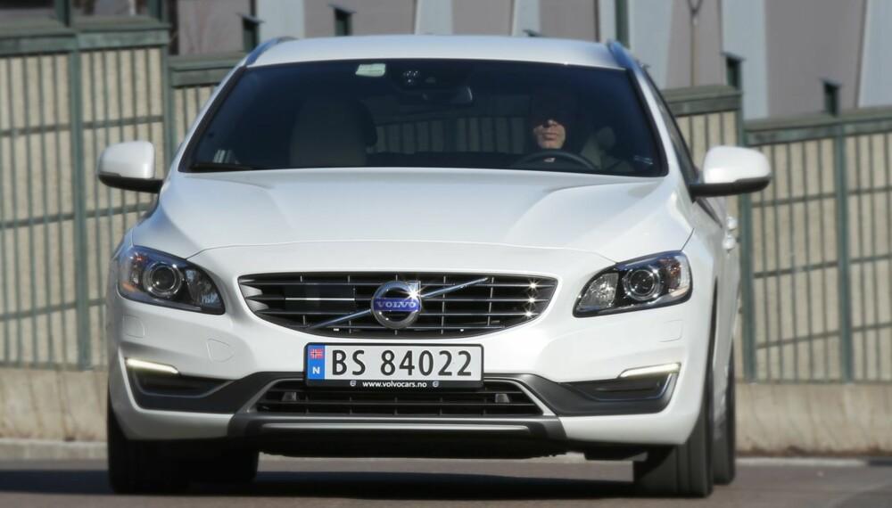 STERK: Bak grillen ligger en kraftpakke i Volvo V60 T5. 245 hk og 350 Nm dreiemoment gjør den ordentlig rask, men også temmelig dyr. FOTO: Petter Handeland