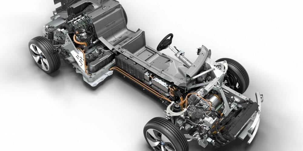 FORAN: Forhjulene drives av en elektrisk motor som yter 96 kW/131 hk og 250 Nm, via en totrinns automatisk overføring. Førstegir benyttes kun når i8 kjøres på ren eldrift. Andre trinn slår inn når elmotoren jobber sammen med forbrenningsmotoren. BATTERI En batteripakke ligger sentral og lavt i bilen. Det er standard litiumion-batterier med væskekjøling og en utnyttbar kapasitet oppgitt til 7,1 kWt. Rett bak batteriene ligger bensintanken på 30 liter, mulig å få med 42 liters tank. BAK: Bak sitter en 1,5-liters, 3-sylindret motor som yter 231 hk og 320 Nm. Kraften sendes til bakhjulene med en sekstrinns automatkasse.