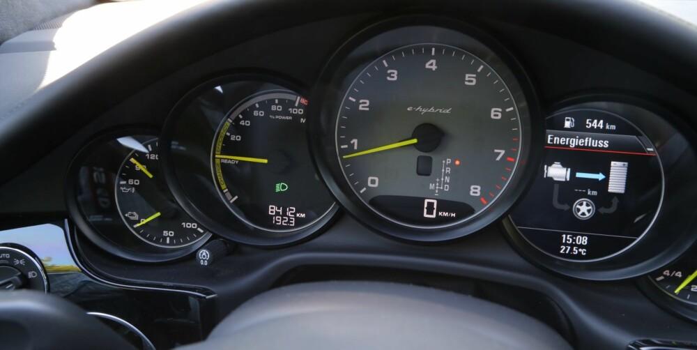 TILBAKEHOLDEN: Er du tilbakeholden med gassfoten kan du få Panamera S E-Hybrid til å gå rundt 30 km på strøm. Da er det faktisk mulig å kjøre bilen ned på 0,5 l/mil.