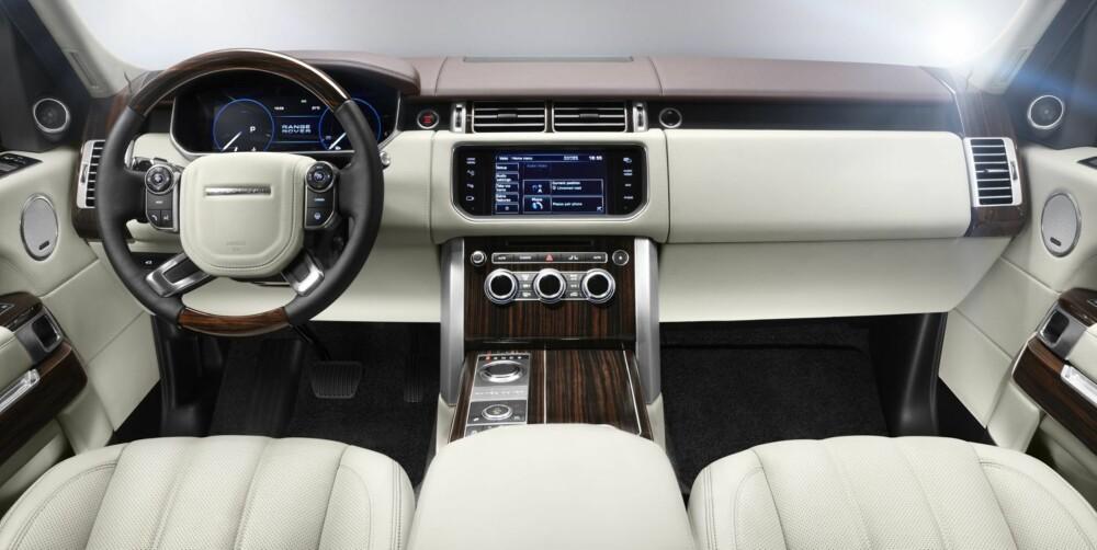 PÅKOSTET: Land Rover lover at den nye Range Rover skal by på luksus av ypperste klasse innvendig. I baksetet er beinplassen betydelig større. FOTO: Land Rover