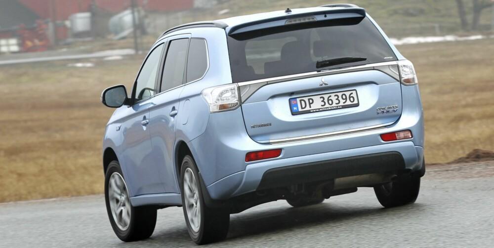 STOR OG TUNG: Outlander er en trygg og velkjørende familie-SUV, veier nesten 1900 kilo som hybrid. På glatt føre har den en tydelig understyrt karakter.
