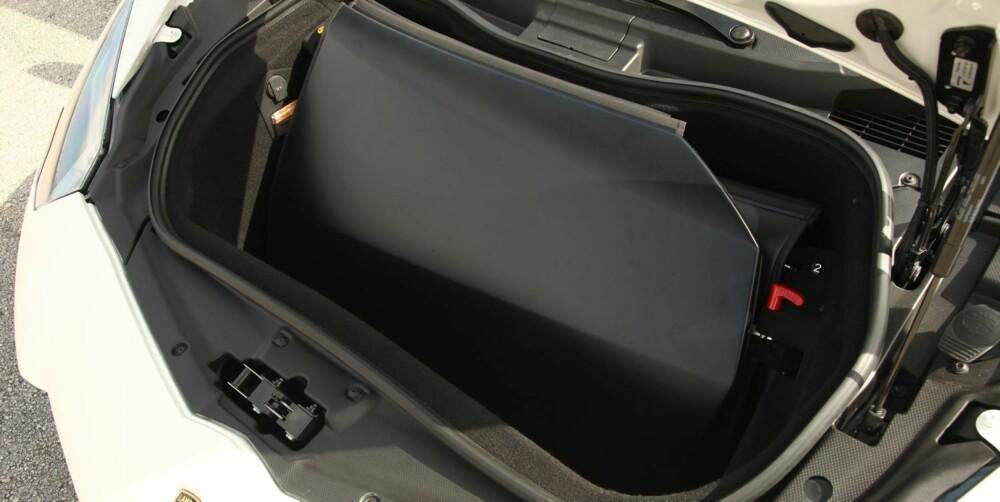 BAGASJE: Klart den har bagasjerom. Foran. Ikke pakk mye. FOTO: Lamborghini