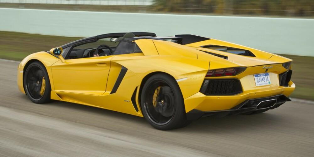 GUL OG KUL: Aventador Roadster er en vanvittig kul bil, og et moderne mesterverk av en produktdesign. FOTO: Charlie Magee