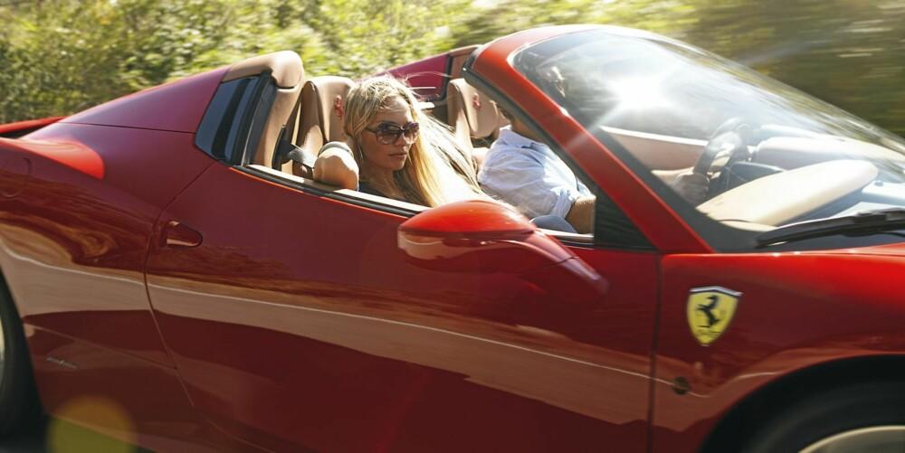 ESTETIKK: En vakker bil, en vakker kvinne og en uskjønn mann - i ganske skjønn forening.