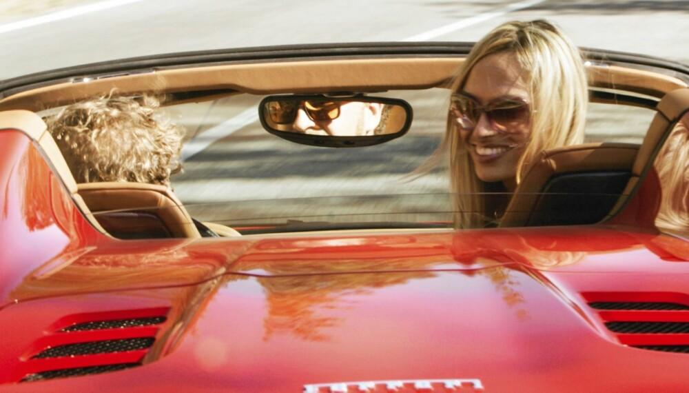 UT PÅ TUR: Ferrari 458 Spider har alt som skal til for å imponere en dame. Det tror i hvert fall artikkelforfatteren som brisket seg på tur med vakre Christina.