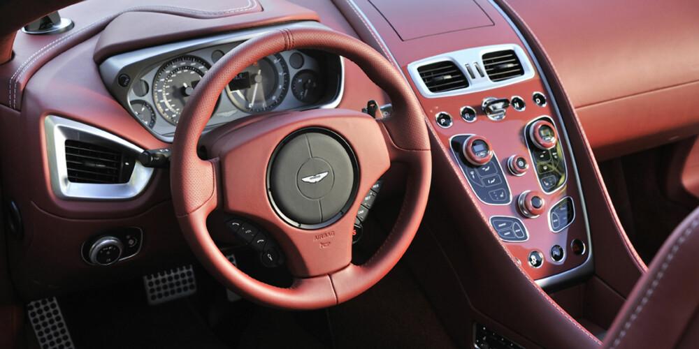 BARE RØR: Ryddig sentralt dashbord (samme som i Vanquish Coupe): Berøringsfølsomt, og med feedback