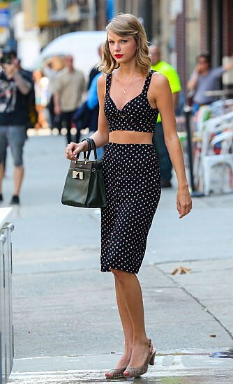HØYT LIV: Taylor Swift har kledd seg i et skjørt med høyt liv som trekker oppmerksomheten dit plagget slutter - nemlig i midjen hvor vi er smalest.