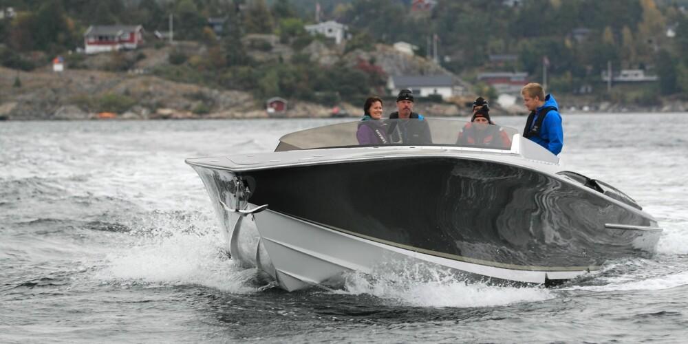 BÅTTEST: Nor Tech 420 Monte Carlo. Designet er uten tvil Riva-inspirert. Og ikke bare ser båten fantastisk ut på avstand, men byggekvaliteten er høyst imponerende.