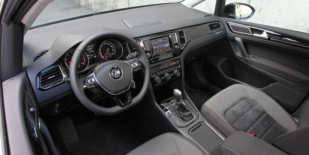 TYPISK VW: Førermiljøet kjenner vi igjen fra vanlige Golf og er typisk VW forseggjort og med god materialkvalitet. God sittestilling og brukervennlighet trekker opp.