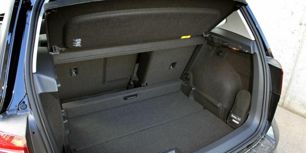 MIDT MELLOM: Sportsvan har et oppgitt bagasjeromsvolum på 500 liter - 120 liter mer enn Golf. Golf stasjonsvogn rommer vesentlig mer, men er også en hel del lengre enn Sportsvan.