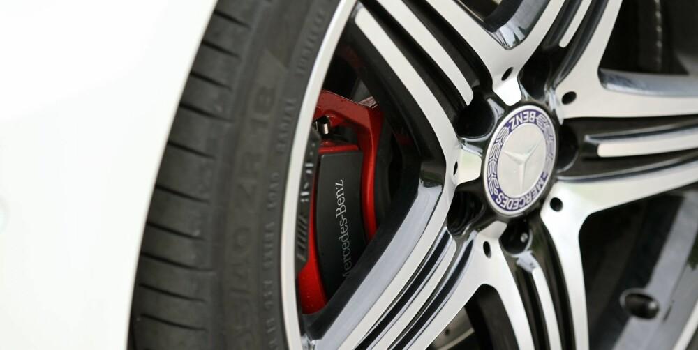 STERKT: Bittet i forhjulene er imponerende, du må ta i mye mer enn godt er om du skal få A 250 Sport til å understyre. FOTO: Petter Handeland