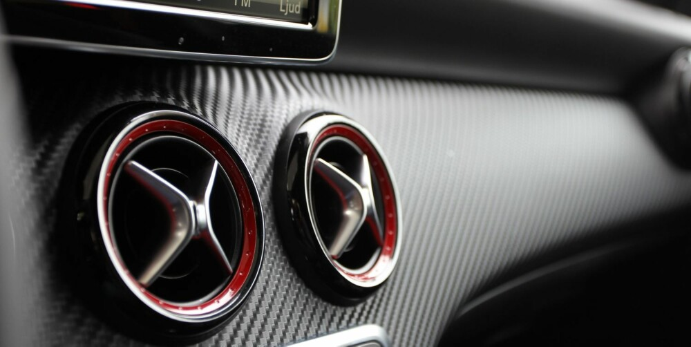 AMG: Røde ventiler à la SLS og karbonimitasjon. FOTO: Petter Handeland