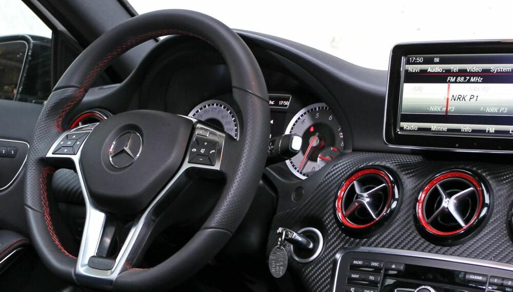 """KOMFORT, NUVEL: Super komfort trekkes gjerne frem som Mercedes' ypperste varemerke, men A 250 Sport kjenner åpenbart ikke denne MB-tradisjonen. Den har utmerkede sportsseter, men er så stiv at den kan være en prøvelse på veier av typisk norsk standard. På jevn overflate """"""""ligger'n på veien som en hissig klegg"""""""". FOTO: Petter Handeland"""
