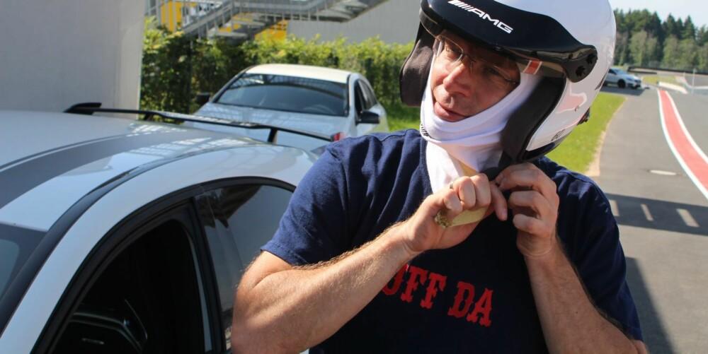 UFF DA: Hjelm på hodet, bil med 360 hk og en herlig racerbane gir tørr munn og kribling i magen. Ute på banen blir det både jubel og «uff da». FOTO: Øyvind Jakobsen