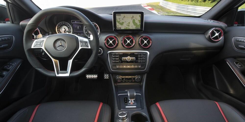 SPORT: AMG har helt riktig flyttet automat-girspaken fra normal-plasseringen ved rattet til ned mellom setene. Det har med sportsfølelse å gjøre, i likhet med kombinasjonen rødt, svart og karbon i interiøret. FOTO: Daimler AG