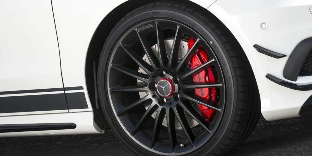 KRAFTIG: AMG har tilpasset en rekke komponenter for å tåle høy fart. Bremsene har racingkarakter i pedalen og biter kraftig. FOTO: Daimler AG