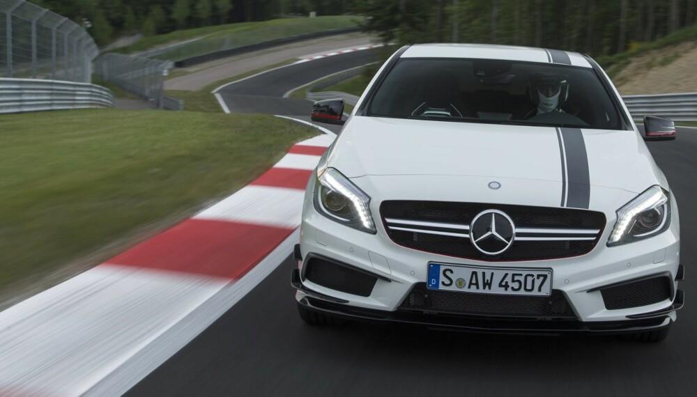 MUSEFELLA: Mercedes A 45 AMG ser du kilden til frustrasjon, et parti kalt Mausefalle. Først stuper man ned en bratt bakke, så går det rett inn i sving, og deretter rett opp. Som skapt for at amatører skal dumme seg ut. FOTO: Daimler AG