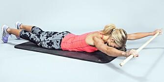RYGGLØFT MED PINNE: Ligg på magen med armene strekt ut over hodet. Hold i pinnen og tilpass bredden.