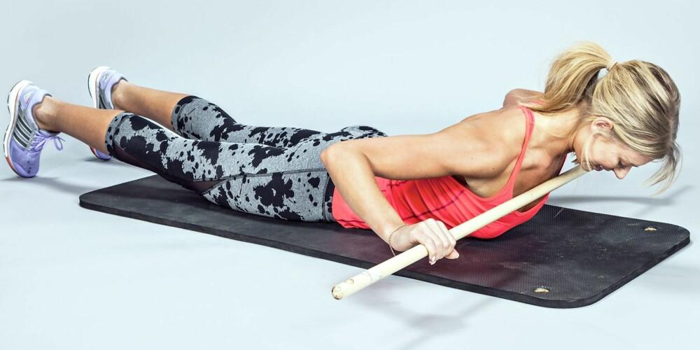 BRUK KROPPEN: Løft beina fra gulvet med tærne lett nedi og spenn rumpen for bedre aktivering.