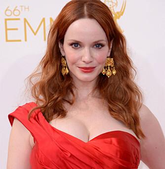 RED HOT: Christina Henricks stilte også i en rød kjole på Emmy utdelingen - og så såklart supersexy ut.