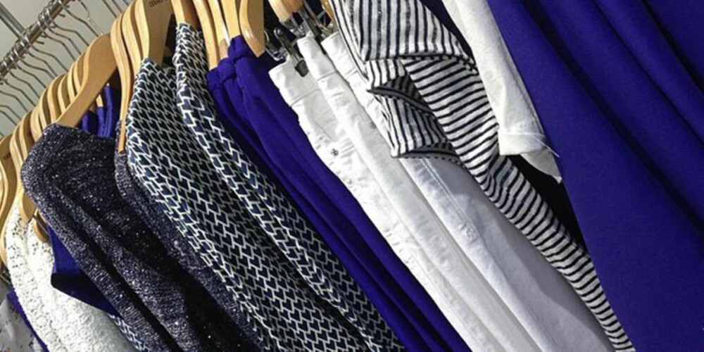 FARGEKOOORDINERT: Prøv å heng opp klærne dine etter type plagg eller farge. Slike småjusteringer kan gjøre det lettere å sette sammen et antrekk hver morgen.