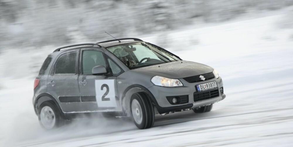 UKOMPLISERT: Suzuki SX4 er en liten og enkel bil. FOTO: Egil Nordlien, HM Foto