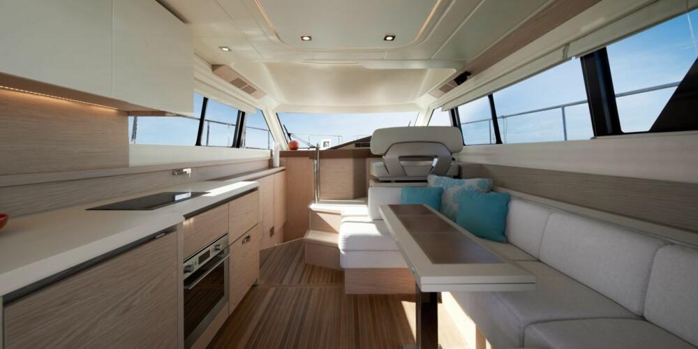 SMART SALONG: Tilsynelatende trangt, men det er utrolig hvor enkelt det er å bevege seg rundt på båten. Rederavdelingen midtskips byr også på mye naturlig lys.