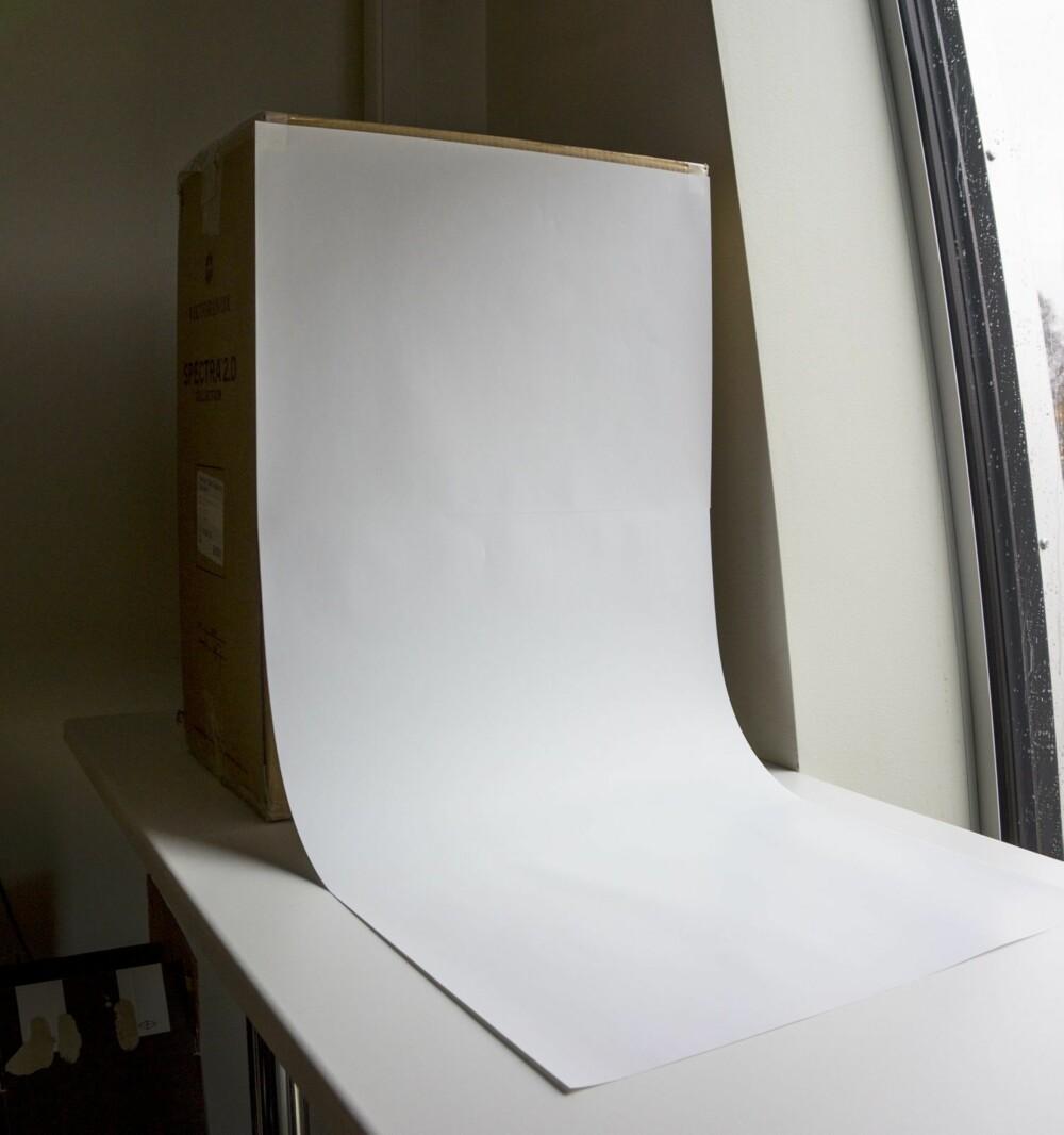 BAKGRUNN: Et eller flere hvite ark kan gjøre nytten som fotobakgrunn.