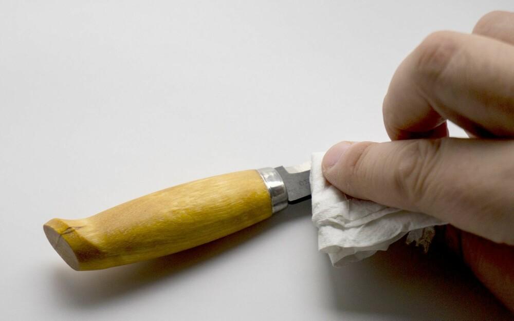 TØRK AV: Husk å tørke av produktet du skal ta bilde av. Fettede fingermerker, støv og rusk er ikke bra på et produktbilde.