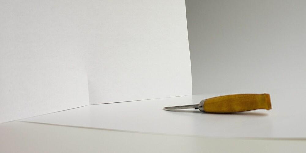 REFLEKTER: Et papirark på motsatt side av lyskilden kan bidra til å lette opp mørke og skyggefulle områder.