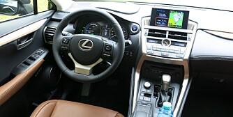 LUKSUS: Lexus NX 300h gir luksusfølelsen. Det den ikke byr på av spenstige kjøreegenskaper tas igjen med utmerket komfort. FOTO: Martin Jansen