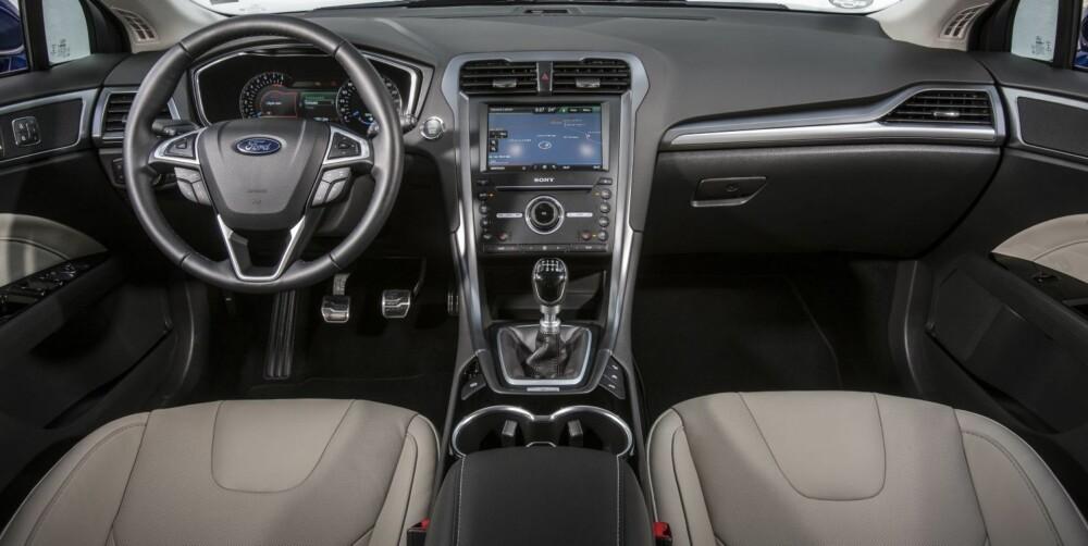 FØRERMILJØ: Dagens Ford Mondeo kommer med fire utstyrsnivåer: Trend, Titanium, Premium og Titanium S - der Trend er laveste nivå. Nye Mondeo opererer med kun to nivåer, Trend og Premium.