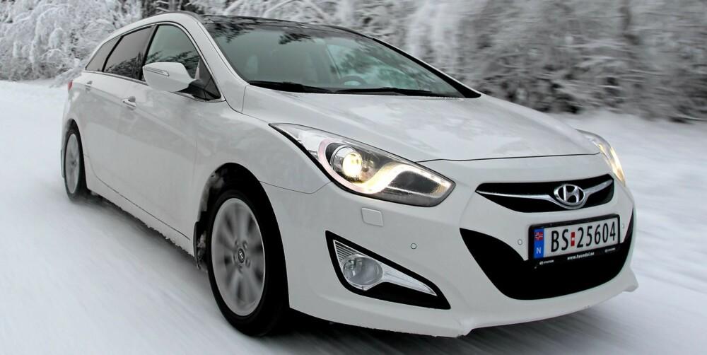 NYKOMMER: Hyundai i40 1,7 CRDI: Fine kjøreegenskaper, mye utstyr, men mye støy på dårlig vei og svak fjæringskomfort på dårlig vei - og noen elendige fjernlys.