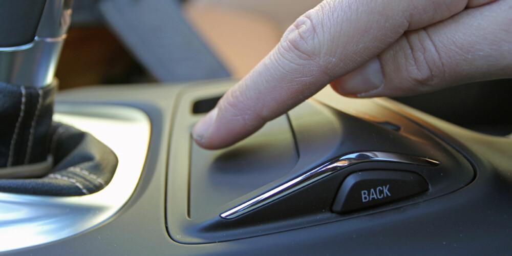 SAVNER HJULET: Skjermen i dashbordet styres ved hjelp av dette touch-panelet i midtkonsollen. Det fungerer greit, men vi savner enkelheten til det vanlige dreiehjulet.
