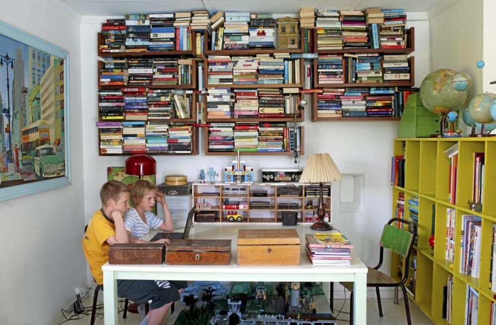MYLDER-ROMMET: Hyllene er fulle av bøker, leker og andre affeksjonsgjenstander. Legoen er plassert på gulvet.