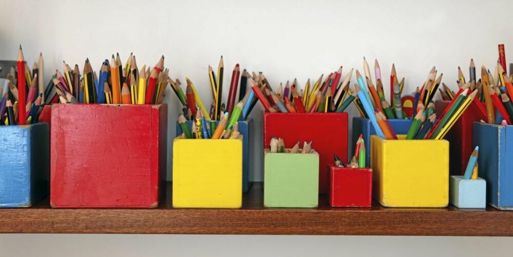 FARGEGLEDE: Blyantene er plassert i fargesterke bokser med spissen opp og utgjør slik en dekorativ installasjon.