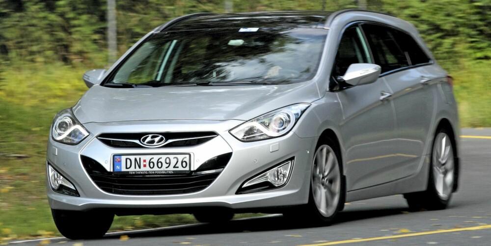 MORSOM: Hyundai i40 er blant de mest engasjerende familiebilene når den får et stykke svingete landevei å bryne seg på.