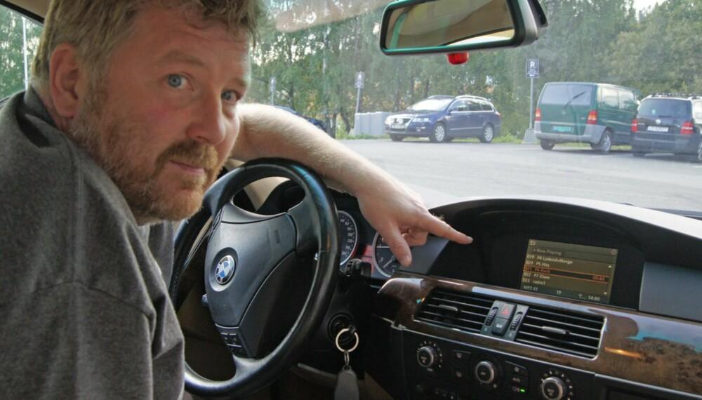 ETTERMONTERT: Stig Westerhus fra AutoHiFi AS må selge og montere svært mange adaptere dersom alle skal få DAB i bilen innen januar 2017. I denne 2006-modellen av BMW E60 sitter et ettermontert anlegg med DAB fra Dension.