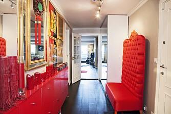 KINA: Det første som møter besøkende hjemme hos Lilli, er en knall rød kinesisk-inspirert entre.