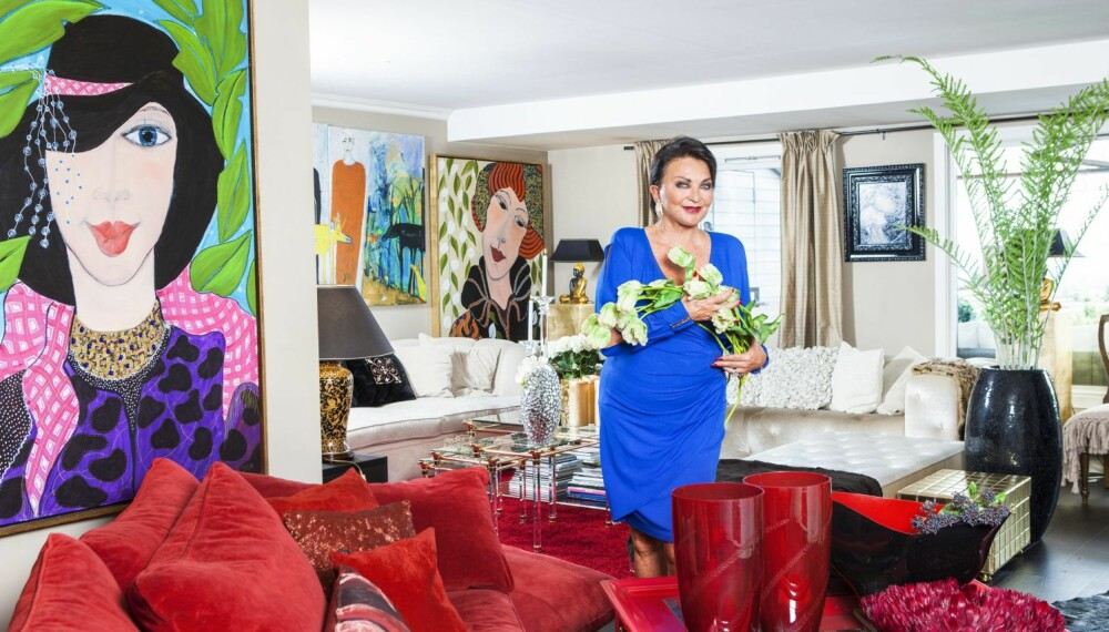 FARGERIKT: Lilli Bendriss er opptatt både av klær, design og interiør.Stuen i leiligheten i Holmenkollåsen er innredet med sterke farger og gedigne malerier, signert Britt Boutros-Ghali og Sylvi Aambø.