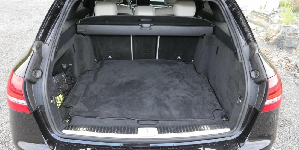 TRANGT: Under 500 liter oppgitt bagasjevolum er ikke noe å skryte av for en mellomklassestasjonsvogn, men det er på linje med konkurrentene BMW 3-serie og Audi A4. FOTO: Terje Bjørnsen