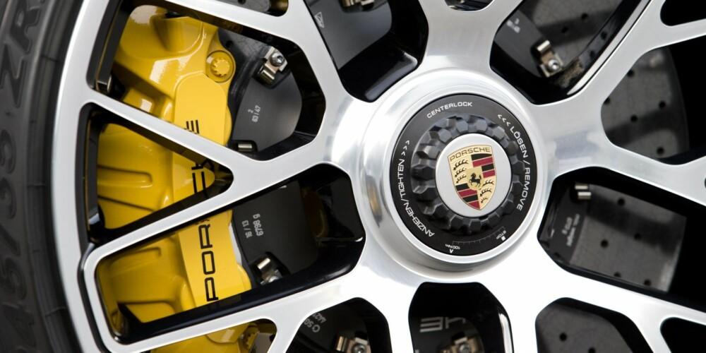 BREMS PÅ GULT: Store keramiske skivebremser sørger for enorm stoppkraft. Standard på Turbo S og ekstrautstyr på Turbo.