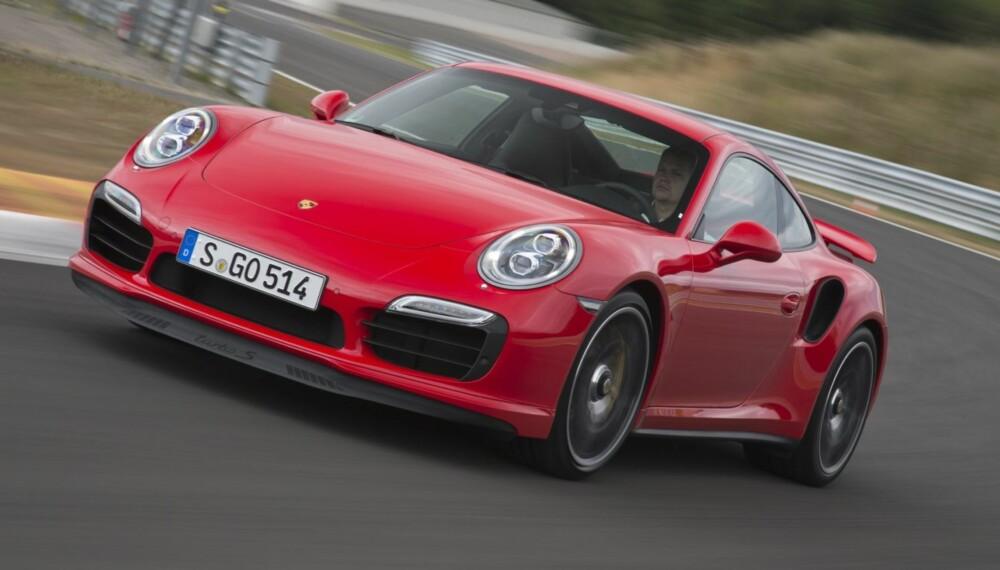 SOM ET LYN: Det er bare på bane du virkelig kan føle Porsche 911 Turbo på tennene. Kapasiteten i akselerasjon, bremsing og veigrep ligger på ypperste i nivå.