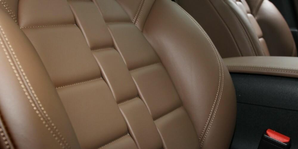 SETENE: Ser du hva det skal minne om? DS sier at mønsteret i skinnsetene er inspirert av reima på ei eksklusiv klokke. Setene har god sittekomfort - og massasjefunksjon. FOTO: Petter Handeland