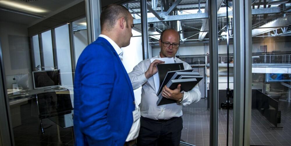 SJEFSPRAT: TopGear er blitt invitert til Centro Stile, som er Lamborghinis kreative avdeling. Her er TopGears utsendte i samtale med designdirektør Filippo Perini.