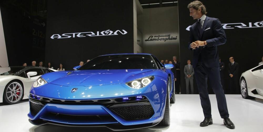 ATTRAKSJON: Lambo-boss Stephan Winkelmann har akkurat avduket Asterion på bilutstillingen i Paris. FOTO: Lamborghini