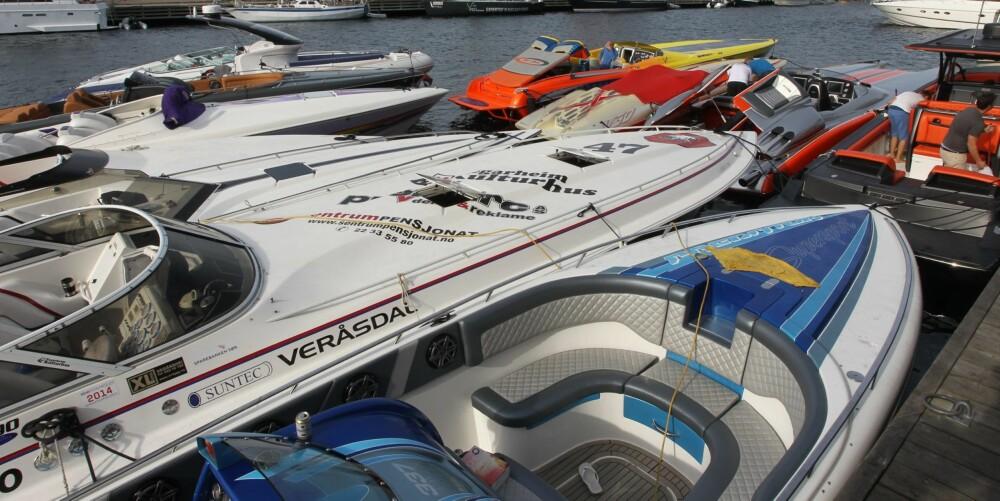 SUPERBÅT: Ikke hver dag det er samlet så mange raske båter i Smögen. Mange av båtene er norske.
