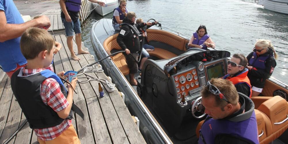 TANKE: I Grundsund får vi endelig tanket båten full.