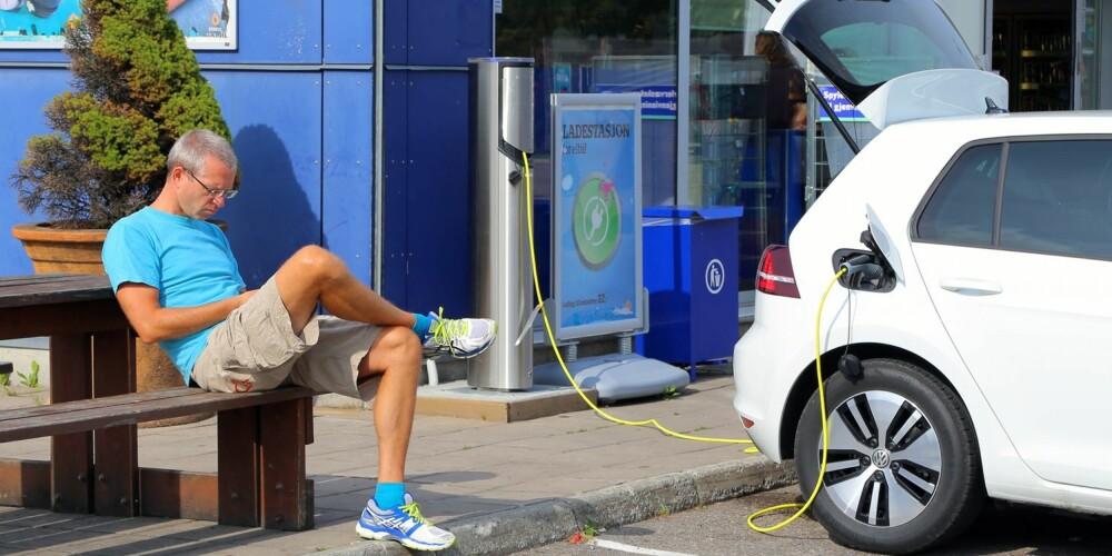 SNEGLELADING: VW e-Golf kan lades til 80 prosent på 30 minutter på dedikerte hurtigladere, men dem er det i dag få av (færre enn for konkurrenten Nissan Leaf). E-Golfen kan ikke dra nytte av den mulige ladefarta på semihurtige ladere - på én time økte rekkevidden med bare drøyt to mil. Da blir det mye mobiltasting. FOTO: Terje Bjørnsen