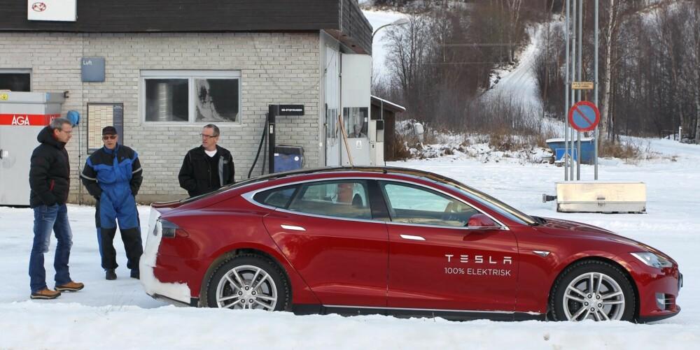 OG BILEN GÅR BRA? En stor, rød Tesla får de som er i nærheten til å komme nærmere.